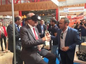 El alcalde de Málaga durante una visita virtual a un piso piloto
